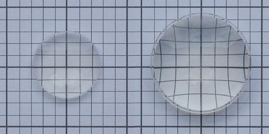 Kleine Linse (links) verzerrt das Bild kaum; Größere Linse (rechts) verzerrt stark